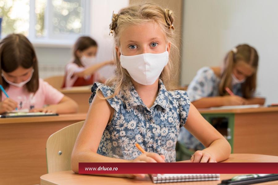 Învață-l cum să fie în siguranță la școală și să poarte mască!